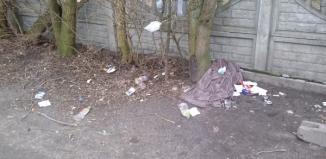 Mieszkaniec ulicy Zacisze od lat interweniuje w sprawie zaśmiecania terenu przed jego domem