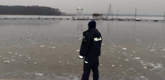 Policjanci patrolują zamarznięte akweny [ZDJĘCIA]