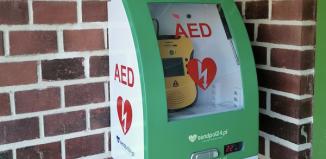 Defibrylator (AED) przy wejściu do SP 2