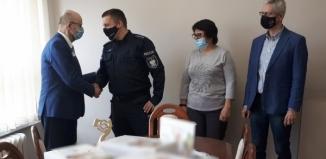 Narkotesty i opaski odblaskowe trafiły do policji