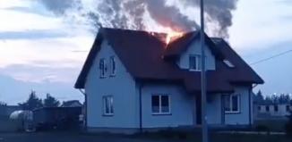 Tak wyglądałpożar domu w Lasocicach, zanim pojawili sięstrażacy! [FILM]